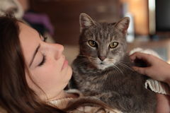 Adolescente con il suo gatto Fotografie Stock