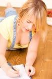 Adolescente con il taccuino e la penna Immagini Stock