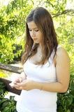 Adolescente con il telefono astuto Fotografie Stock