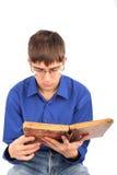 Adolescente con il vecchio libro Fotografie Stock Libere da Diritti