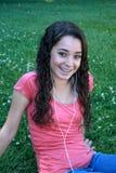 Adolescente con IPod en el parque Imagenes de archivo