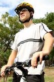 adolescente con la bici di montagna Fotografie Stock