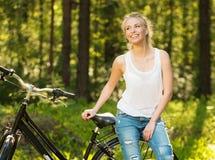 Adolescente con la bicicleta adentro Fotos de archivo libres de regalías