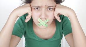 Adolescente con la boca sujetada con cinta adhesiva Fotografía de archivo