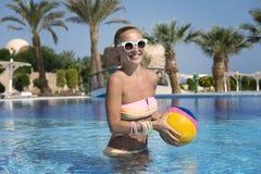 Adolescente con la bola de la sonrisa Imagenes de archivo
