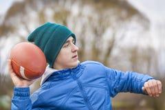 Adolescente con la bola de rugbi Foto de archivo