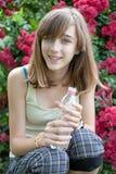 Adolescente con la botella de agua Fotos de archivo