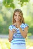 Adolescente con la botella de agua Imágenes de archivo libres de regalías
