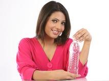 Adolescente con la bottiglia di acqua minerale Fotografie Stock Libere da Diritti