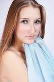 Adolescente con la bufanda azul Imagen de archivo libre de regalías