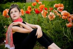 Adolescente con la bufanda roja y las amapolas rojas fotografía de archivo libre de regalías