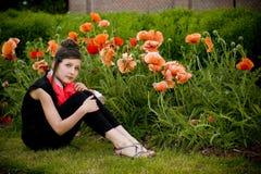 Adolescente con la bufanda roja y las amapolas rojas imágenes de archivo libres de regalías