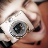 Adolescente con la cámara de la foto Fotografía de archivo libre de regalías