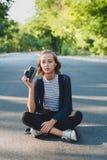 Adolescente con la cámara de la foto Imágenes de archivo libres de regalías