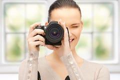 Adolescente con la cámara digital Fotos de archivo