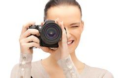 Adolescente con la cámara digital Imágenes de archivo libres de regalías