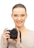 Adolescente con la cámara digital Imagen de archivo libre de regalías