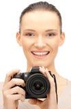 Adolescente con la cámara digital Imagenes de archivo