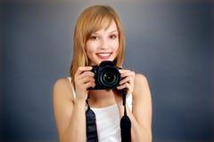 Adolescente con la cámara digital Foto de archivo libre de regalías