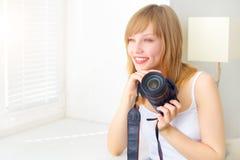 Adolescente con la cámara digital Foto de archivo