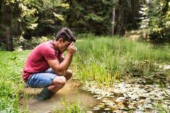 Adolescente con la cámara en el lago, tomando la imagen Fotos de archivo libres de regalías