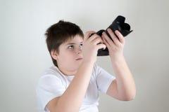 Adolescente con la cámara en luz Fotografía de archivo