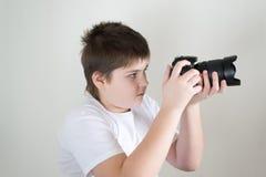 Adolescente con la cámara en luz Fotografía de archivo libre de regalías