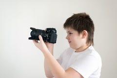 Adolescente con la cámara en luz Foto de archivo libre de regalías