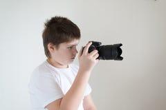 Adolescente con la cámara en luz Foto de archivo