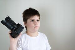Adolescente con la cámara en luz Imagen de archivo libre de regalías