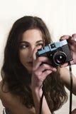 Adolescente con la cámara plástica Fotografía de archivo