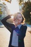 adolescente con la cámara retra en la calle de la ciudad Imagen de archivo