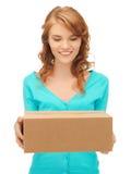 Adolescente con la caja de cartón Fotografía de archivo