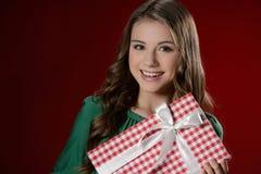 Adolescente con la caja de regalo. Adolescente alegre que sostiene un regalo Fotografía de archivo libre de regalías