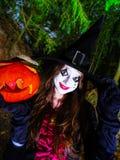 Adolescente con la calabaza en el bosque de Halloween Imagen de archivo libre de regalías