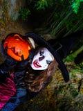 Adolescente con la calabaza en el bosque de Halloween Fotografía de archivo libre de regalías