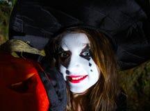Adolescente con la calabaza en el bosque de Halloween Imágenes de archivo libres de regalías