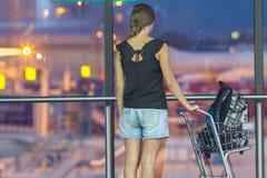 Adolescente con la carretilla en aeropuerto Imagen de archivo libre de regalías