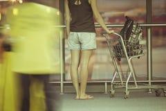 Adolescente con la carretilla en aeropuerto Foto de archivo