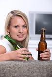 Adolescente con la cerveza Imagenes de archivo