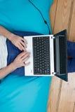 Adolescente con la computadora portátil Fotografía de archivo