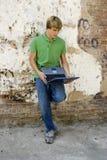 Adolescente con la computadora portátil Foto de archivo libre de regalías