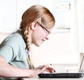 Adolescente con la computadora portátil Fotos de archivo