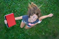Adolescente con la computadora portátil roja Fotos de archivo