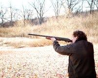 Adolescente con la escopeta Foto de archivo libre de regalías