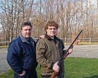 Adolescente con la escopeta con el papá Fotos de archivo libres de regalías