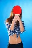 Adolescente con la estafa para los tenis de mesa en fondo azul Foto de archivo libre de regalías