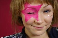 Adolescente con la estrella rosada en la cara Fotografía de archivo libre de regalías