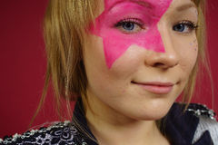 Adolescente con la estrella rosada en la cara Foto de archivo