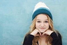 Adolescente con la gorrita tejida Fotos de archivo libres de regalías
